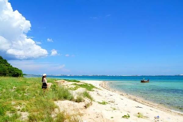 Nước biển trên đảo trong xanh màu ngọc bích. Ảnh: Phan Lộc