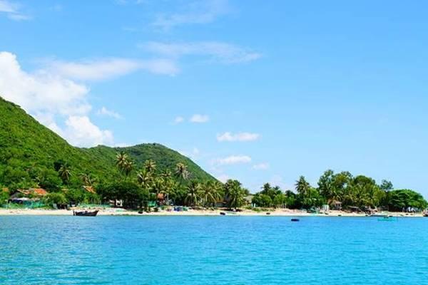 Đảo Điệp Sơn tuyệt đẹp nhìn từ xa. Ảnh: Phan Lộc