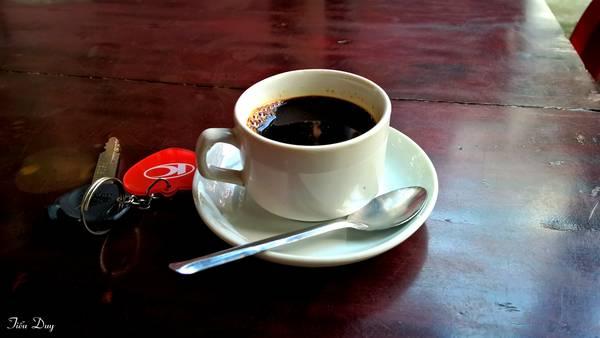 Không thể thiếu tách cà phê quen thuộc. Ảnh: Tiểu Duy