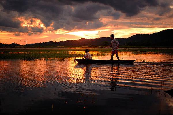 Mưu sinh trên hồ Lak. Ảnh: Trần Minh Hoàng