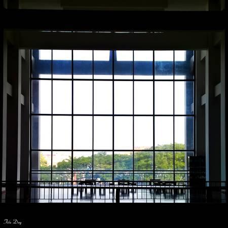 Một phần kiến trúc cửa kính trong suốt tại bảo tàng Đắk Lắk. Ảnh: Tiểu Duy