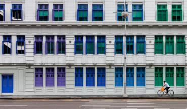 Tòa nhà MICA với 911 ô cửa sổ được sơn nhiều màu sắc rực rỡ như xanh lá cây, đỏ, vàng và xanh nước biển chắc chắn sẽ thu hút sự chú ý của bạn khi đi qua những con đường thuộc Khu Civic District. Ảnh: Leanne Bouvet