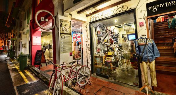 Haji Lane ở khu Kampong Glam là một con hẻm hẹp có nhiều cửa hàng nhỏ dễ thương mà các tín đồ thời trang sẽ thích mê. Ảnh: William Cho