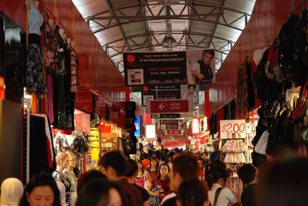 Nếu muốn mua sắm giá rẻ, bạn có thể đến Bugis Street. Ở đây có khu chợ bán các loại quần áo, giày dép, phụ kiện và các quầy bán đồ ăn với mức giá dễ chịu. Ảnh: DianFang