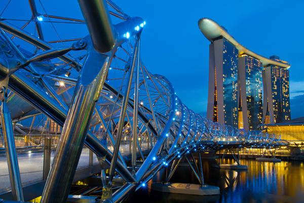 Helix là một trong những cây cầu dễ nhận biết nhất thế giới bởi kiến trúc độc đáo hình xoắn ốc. Cây cầu đi bộ này dài 280m được làm từ thép không gỉ nối trung tâm Marina với khu vực Nam Marina. Ban đêm, cầu được thắp sáng soi bóng xuống mặt nước thu hút nhiều du khách tới tham quan. Ảnh: Shutter wide shut