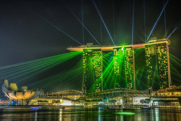Show ánh sáng và nhạc nước Wonder Full hàng đêm tại resort casino Marina Bay Sands thu hút nhiều du khách tới thưởng thức. Một ngày có 2 suất trình diễn lúc 20h và 21h30, có thêm suất lúc 23h cho 3 ngày cuối tuần. Ảnh: Wajahat Mahmood