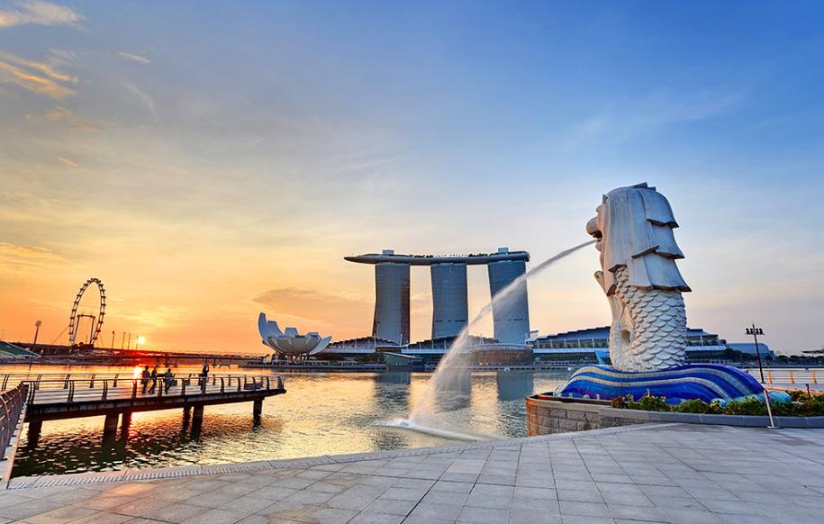 Công viên Sư tử biển – Merlion Park là một thắng cảnh nằm bên bờ vịnh Marina, ở One Fullerton gần Khu Trung tâm Thương mại (CBD). Do có tầm nhìn rộng lớn bao quát thành phố, công viên bờ sông này đã trở thành một thắng cảnh thu hút hàng triệu du khách ghé thăm mỗi năm khi đến du lịch Singapore. Ảnh: Singapore-guide.com