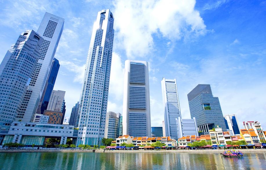Nhắc đến điểm vui chơi, giải trí ở Singapore thì chắc chắn không thể thiếu được Boat Quay. Đây là khu vực có sự kết hợp hoàn hảo giữa những tiệm ăn ngoài trời, quán bar với nhà hàng cao cấp. Với vị trí khá gần các tòa nhà văn phòng, Boat Quay được coi là địa điểm thư giãn ưa thích đối với phần đông giới công sở và cộng đồng người nước ngoài làm việc tại Singapore. Ảnh: Singapore-guide.com