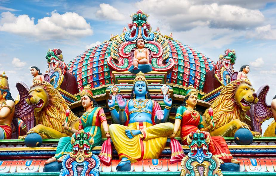 Sri Mariamman là ngôi đền Hindu cổ nhất Singapore, được xây dựng vào năm 1827. Đặc biệt, ghé thăm đền Sri Mariamman vào khoảng tháng 10 và tháng 11 hàng năm, du khách sẽ được tham gia vào lễ hội Theemithi (lễ hội đi trên lửa) được tổ chức tại đây. Ảnh: Singapore-guide.com
