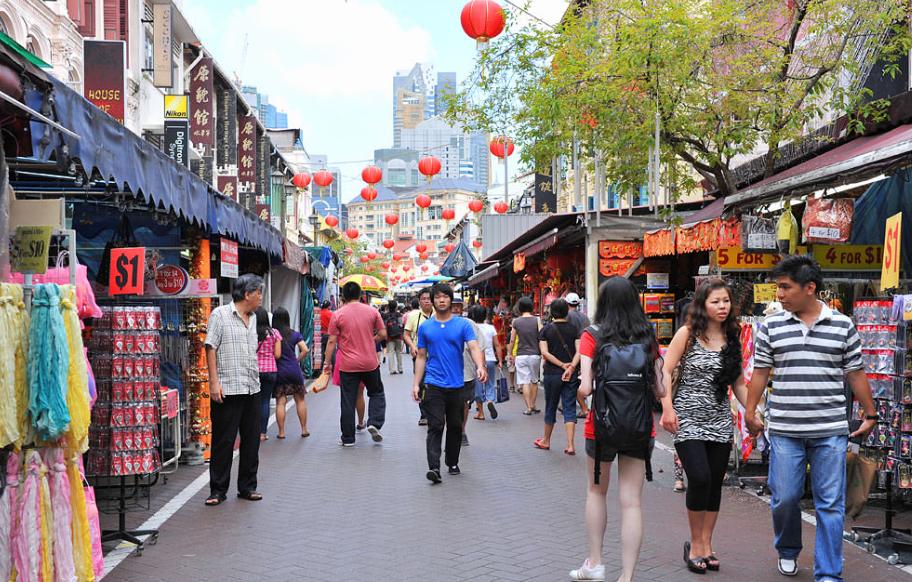 Đến du lịch Singapore, ghé thăm khu chợ đường phố Chinatown du khách sẽ như quay trở về với quá khứ khi nhìn thấy những món đồ đến từ quá khứ lẫn với các mặt hàng hiện đại. Ảnh: Singapore-guide.com