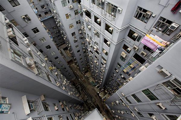 Chungking Mansion - một trong những khu dân cư nổi tiếng ở Hong Kong, cũng là nơi có nhiều hostel cho dân du lịch bụi.