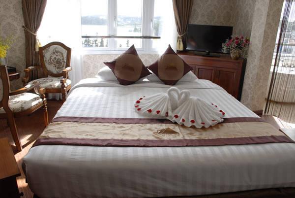 Phòng nghỉ với tầm nhìn đẹp ra phía Hồ Xuân Hương.