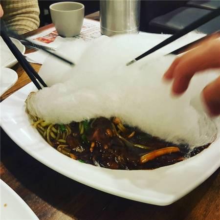 Thực chất, đầu bếp chỉ đặt một lớp kẹo bông dày lên trên dĩa mì tương đen. (Ảnh: Instagram)