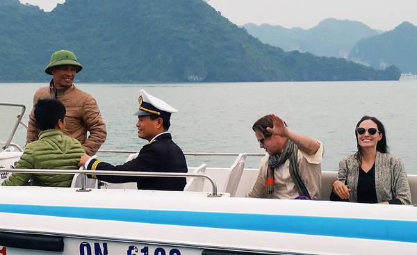 Hình ảnh cặp đôi Brad Pitt và Angelina Jolie tại Vịnh Hạ Long vào cuối tháng 12 vừa qua. Ảnh: Thu Trang