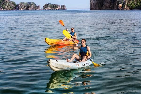 Các hoạt động dưới nước bao gồm đi thuyền kayak, lặn với ống thở và câu mực đều được du thuyền Emeraude Classic cung cấp.Ảnh: iVIVU.com