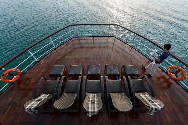 Du khách có thể tắm nắng trên boong tàu rộng rãi.
