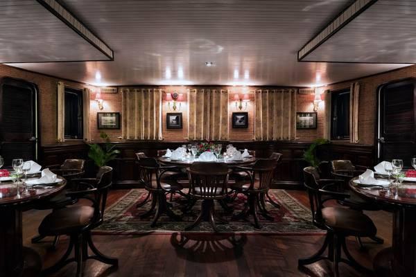 Bạn sẽ được thưởng thức nhiều món ăn địa phương và quốc tế được phục vụ ngay tại nhà hàng trên du thuyền.Ảnh: iVIVU.com