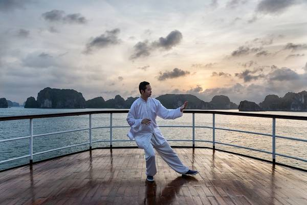 Tập luyện môn võ Thái Cực Quyền vào buổi sáng trên boong tàu. Ảnh: iVIVU.com
