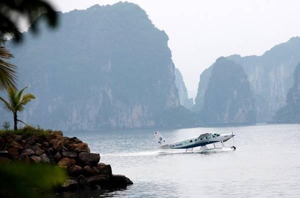Thủy phi cơ đáp trên mặt nước của Vịnh Hạ Long. Ảnh: seaplanes.vn