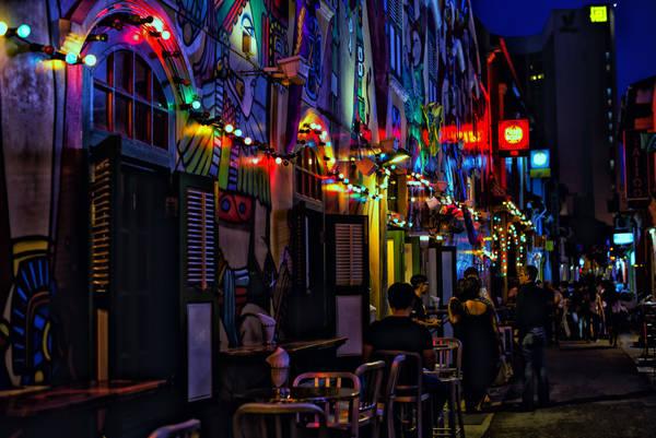 Đến Haji Lane, bạn sẽ ngỡ ngàng khi dọc các con phố là những quán cà phê, những quán bar với đủ phong cách, tất cả đều nhỏ xinh, được trang trí những hình ảnh đậm chất cổ tích phương Đông nhưng lại được vẽ theo phong cách Graffiti sống động. Ảnh: Masahiro Kobayashi