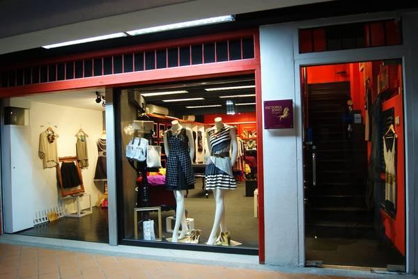 Một phần không nhỏ các sản phẩm tại đây là do chính các nhà thiết kế trẻ của Singapore tự thiết kế và may. Do vậy, quần áo luôn đáp ứng được tiêu chí lạ độc về kiểu dáng dù cho chất liệu không phải lúc nào cũng hoàn hảo. Ảnh: thenameisivy.wordpress.com