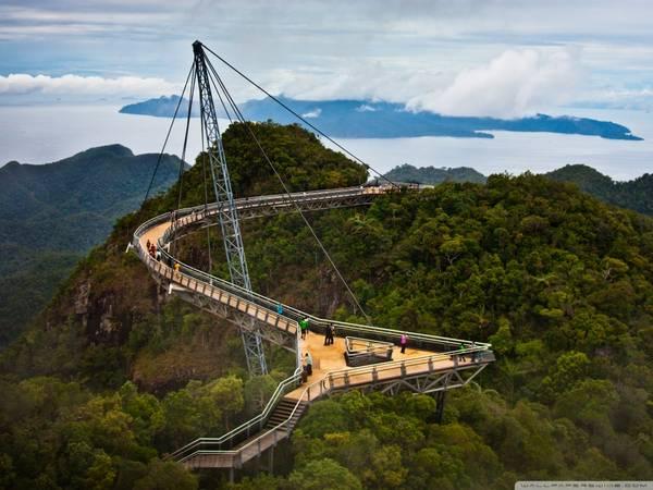 Nằm trên độ cao 700m so với mực nước biển, cầu đi bộ trên không ở Langkawi cũng là một điểm hẹn hò lý tưởng và lãng mạn cho các cặp đôi. Ảnh: en.penanglang.my