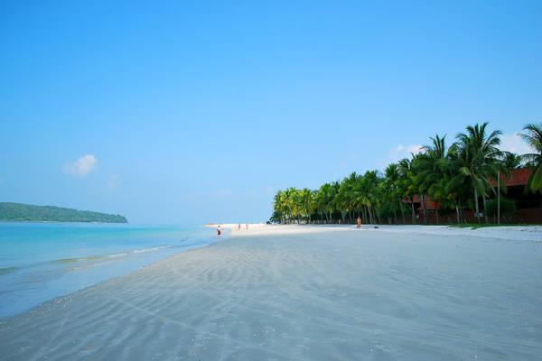 Một trong những bãi biển nổi tiếng nhất Langkawi là Cenang (có chiều dài hơn 10km). Tại đây, du khách có thể tham gia các môn thể thao dưới nước hấp dẫn như lướt ván, lặn biển, đua thuyền… Nếu không thích các hoạt động thể thao, du khách có thể nằm dài trên những bãi cát trắng phau và thưởng thức ánh hoàng hôn của buổi chiều tà. Ảnh: langkawi-info.com