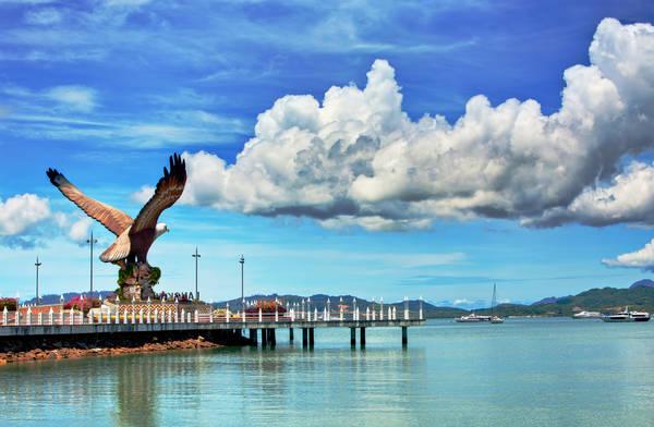 Langkawi được ghép bởi hai từ Malay: Lang và Kawi. Lang nghĩa là đại bàng màu nâu, còn Kawi là loại quặng mangan ở địa phương. Những ngư dân xưa hẳn đã nhìn thấy những chú đại bàng cắp đá mangan bay vút lên trời cao nên mới đặt tên cho quần đảo như vậy. Một bức tượng đại bàng nâu cắp đá mangan được dựng gần Kuah Jetty để đón chào du khách. Ảnh: Jim Boud