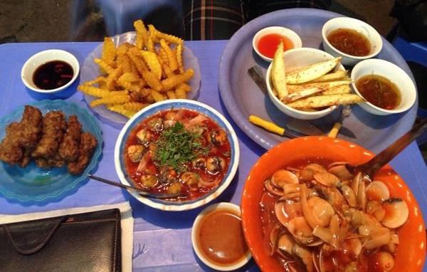 Ngoài món ốc xào dừa nổi tiếng, tại đây còn bán nem chua rán, khoai tây chiên, trứng cút lộn, ngao hấp, ngao xào... cũng được rất đông người ưa chuộng.(Ảnh: Internet)