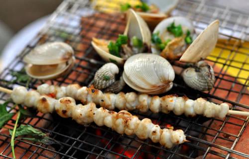Những bữa tiệc hải sản ngon miền biển sẽ khiến chuyến đi thêm trọn vẹn. Ảnh: mytour.