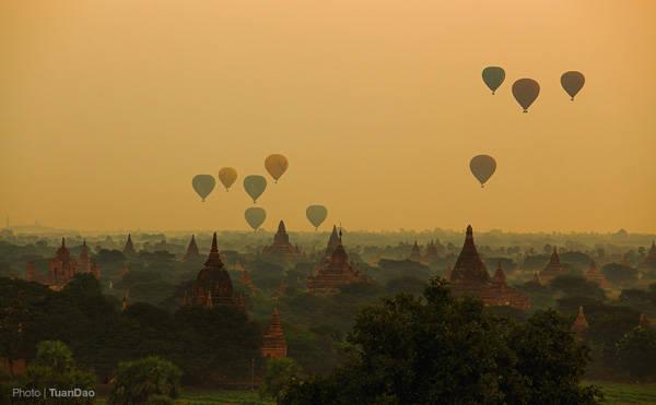 Những chiếc khinh khí cầu đã bắt đầu được thả lên để đón những ánh bình minh đầu tiên.