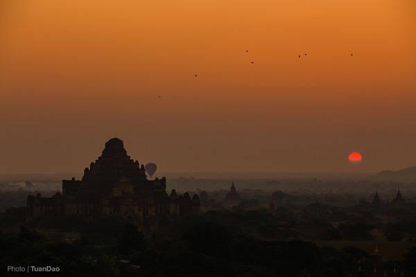 Mặt trời dần dần hiện lên trên đường chân trời trước sự trầm trồ của du khách.