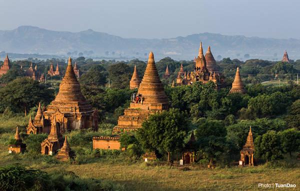 Vẫn có rất nhiều du khách nán lại để ngắm nhìn vẻ đẹp của cố đô Bagan khi nắng lên.
