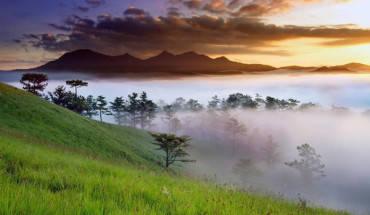 Chạm tay vào mây ở đỉnh Lang Biang. Ảnh: Võ Trang.