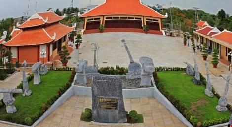 """Đến Bạc Liêu là đến với """"chiếc nôi"""" của đờn ca tài tử Nam Bộ nên không thể không viếng thăm khu lưu niệm cố nhạc sĩ Cao Văn Lầu vừa được đầu tư xây dựng khang trang ở ngay trung tâm thành phố."""