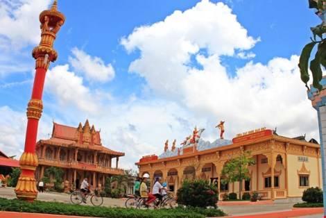 Nơi đây còn có nhiều ngôi chùa Khmer được xây cất tỉ mỉ và rực rỡ những sắc màu.