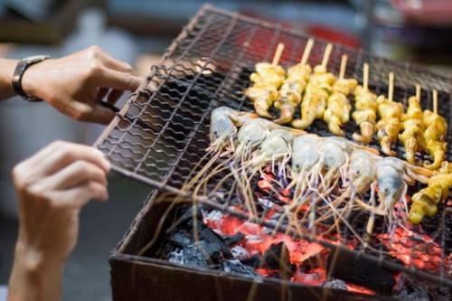 Thái Lan có nhiều hoa quả, hải sản tươi ngon bày bán ở khắp các đường phố.
