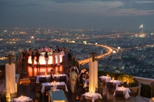 Thưởng thức đồ uống ở Sky Bar và ngắm toàn cảnh Bangkok.