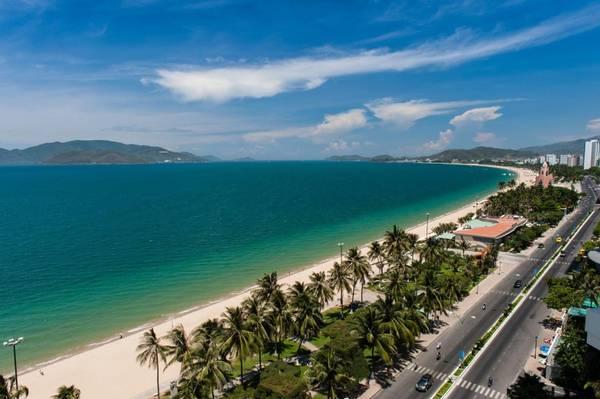 Phố biển Nha Trang vào mùa xuân có nắng ấm chan hòa, biển xanh lặng sóng, rất thíchhợp cho các hoạt động vui chơi. Ảnh: luxurytravelvietnam