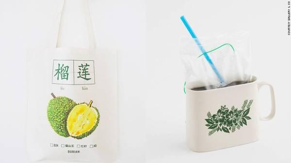 Bên trái là một chiếc túi tote có in biểu tượng quả sầu riêng và bên phải là cà phê kopi. Du khách có thể mua hai món này tại Gallery & Co.