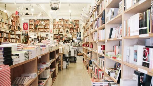 """Chủ của BooksActually mô tả hiệu sách của mình là """"nơi mà mọi người có thể đến như thể đang trở về nhà""""."""