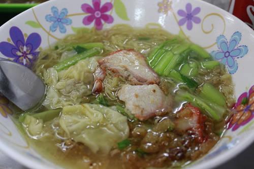 Món này có bán ở 28 Bạch Đằng (mở cửa 17h30 - 22h), B7 Chung cư Phan Bội Châu ( 17h - 23h). Giá một tô 35.000 - 55.000 đồng. Ảnh: Tiểu Văn.