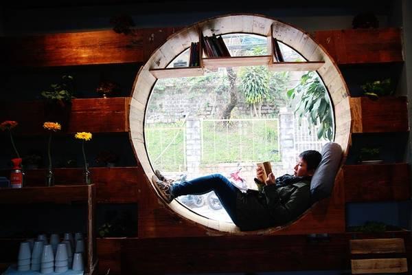 Ở không gian bên trong, quán còn có vị trí độc đáo dành cho những vị khách thích một mình. Vị trí này vừa là nơi nghỉ ngơi vừa là nơi giúp bạn thư giãn với những trang sách. Xung quanh vẫn là những kệ rau xanh để bạn có thể phóng tầm mắt và thả hồn vào những suy nghĩ.