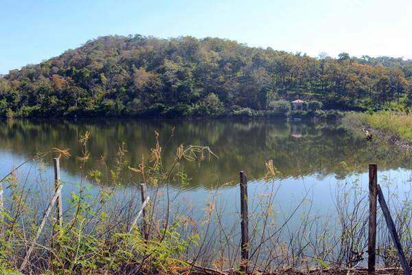 Hồ Đrăng Phôk rộng 40ha nằm giữa rừng khộp là địa điểm thích hợp để ngắm cảnh và cắm trại qua đêm
