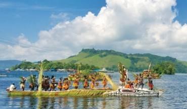 sac-mau-le-hoi-o-sentani-indonesia-ivivu-1