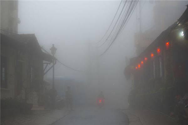 Thị trấn Sapa lẩn khuất trong màn sương mù mờ ảo.