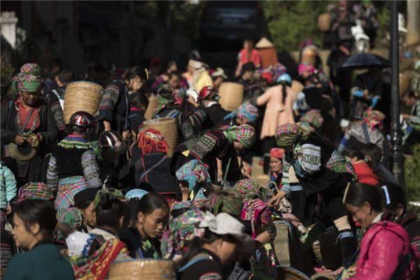 Đến Sapa du khách không thể bỏ lỡ trải nghiệm đi chợ phiên vùng cao.