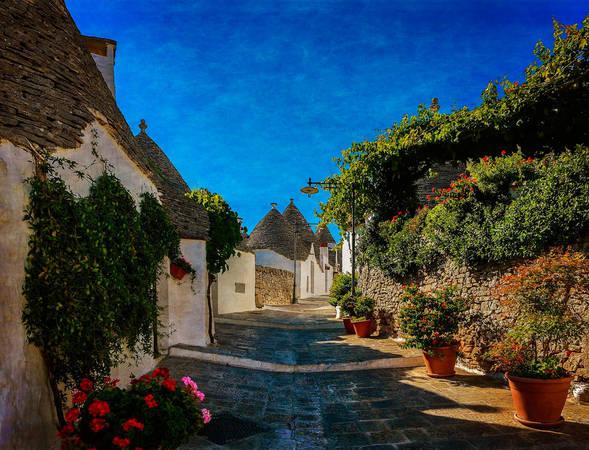 Khi đặt chân đến Alberobello, hình ảnh đầu tiên sẽ làm bạn phải trầm trồ chính là những ngôi nhà được xây mà không cần vữa: những tảng đá được chồng lên nhau. Mái nhà hình vòm, hình nón hoặc kim tự tháp và đôi khi được sơn các biểu tượng pháp thuật hay ngoại giáo, như thể ngôi nhà của các phù thủy trong câu chuyện xa xưa. Ảnh: Ricardo Gomez A