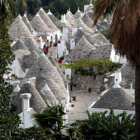 Chỉ là thị trấn với 11.000 dân nhưng Alberobello có nhiều hơn 3 bảo tàng ngoài công trình chính Territorio – nơi trưng bày mọi thứ liên quan đến cuộc sống ở thị trấn. Bảo tàng dầu ô-liu, bảo tàng rượu, bảo tàng đồ thủ công mĩ nghệ đều ẩn mình trong các ngôi nhà cổ. Ảnh: Awuethrich