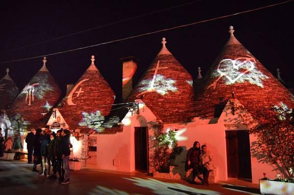 Alberobello lung linh ánh đèn vào ban đêm. Ảnh: bari.repubblica.it